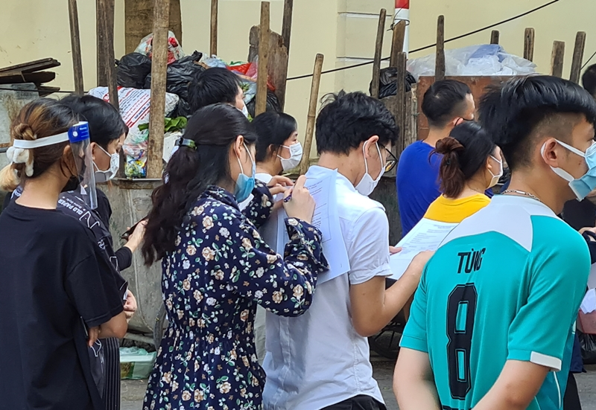 Ha Noi: Nguoi dan chen chuc cho tiem vac xin phong COVID-19-Hinh-8