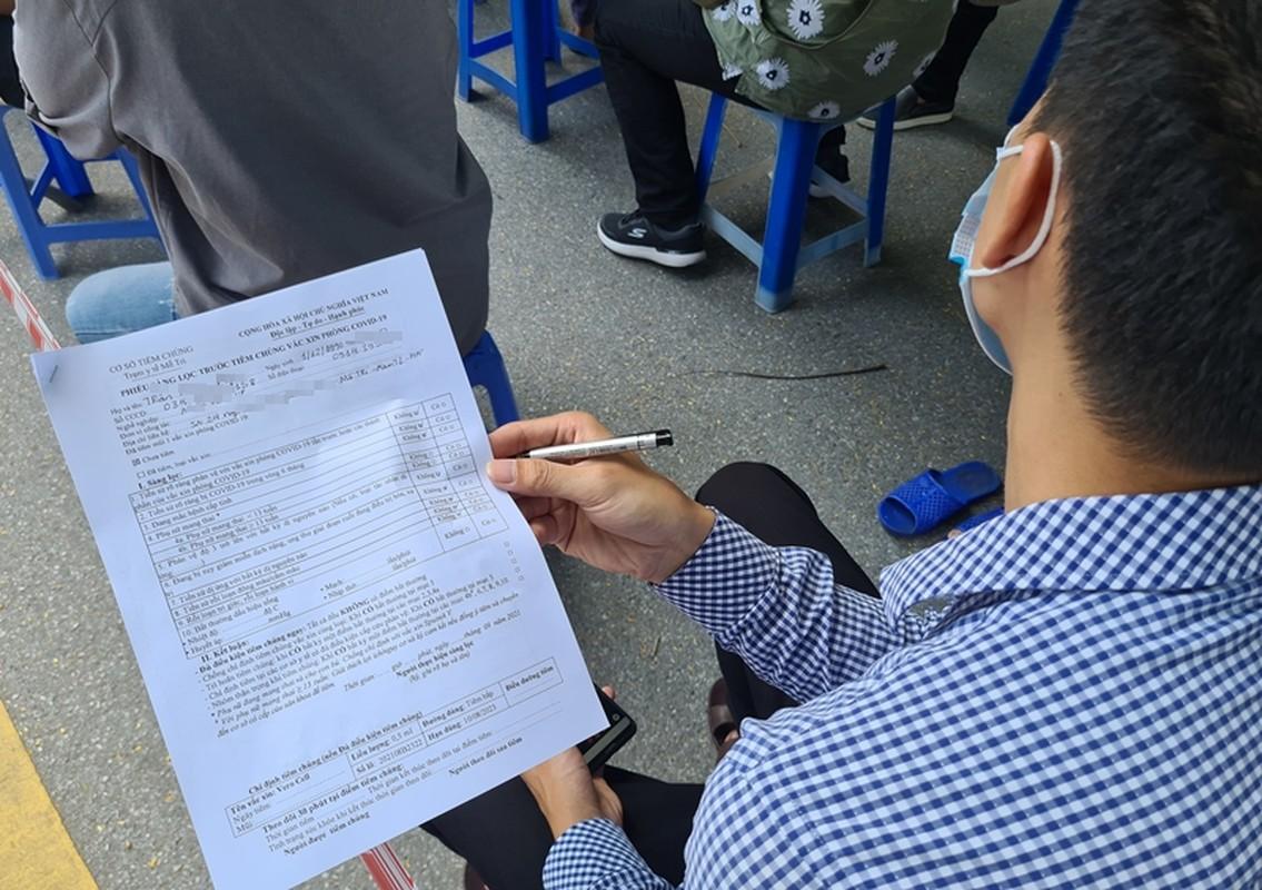 Ha Noi: Nguoi dan chen chuc cho tiem vac xin phong COVID-19-Hinh-9