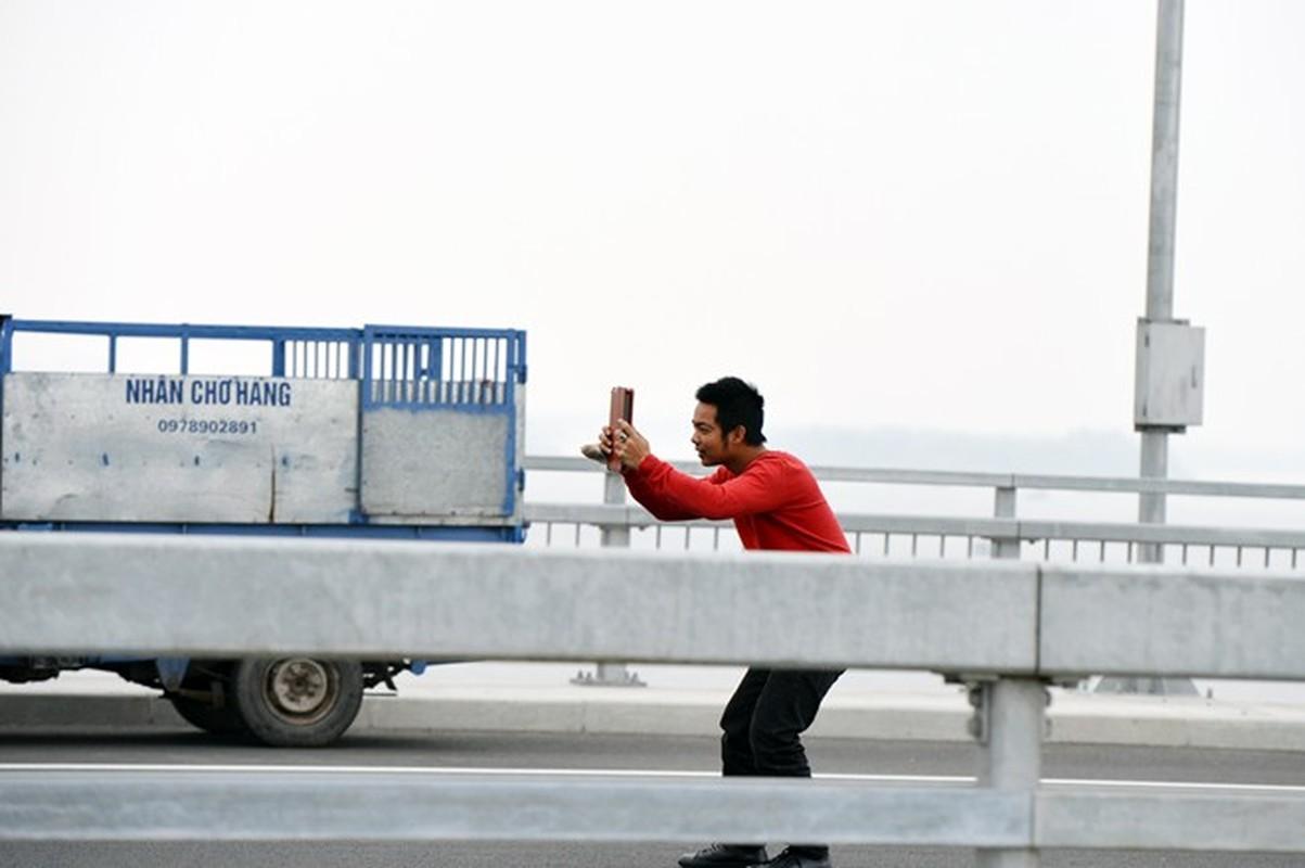 Ngan ngam canh bat nhao tren cau Nhat Tan vua khanh thanh-Hinh-6
