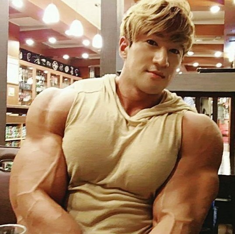 Hot boy Han Quoc khoe co bap gan guoc gay choang-Hinh-5