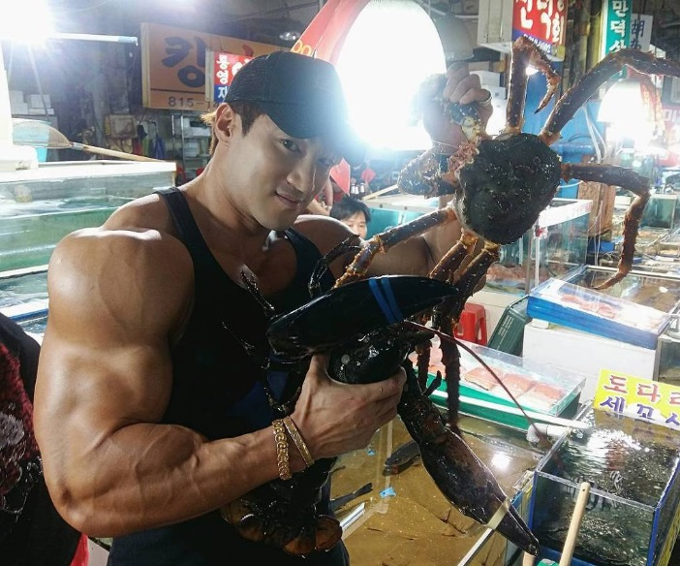 Hot boy Han Quoc khoe co bap gan guoc gay choang-Hinh-8