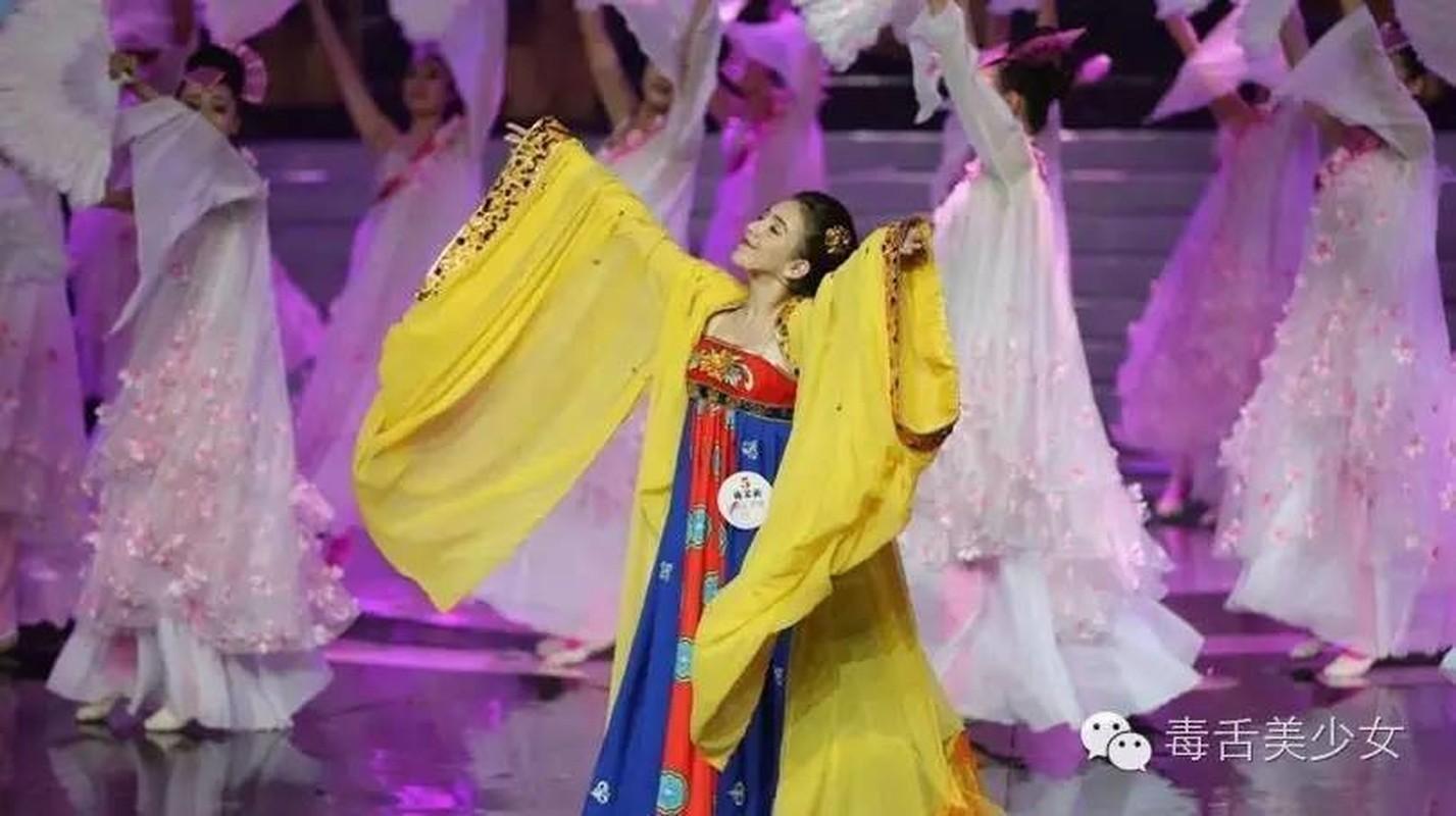 """Nu binh luan vien xinh dep dang gay """"bao"""" mua Olympic-Hinh-7"""