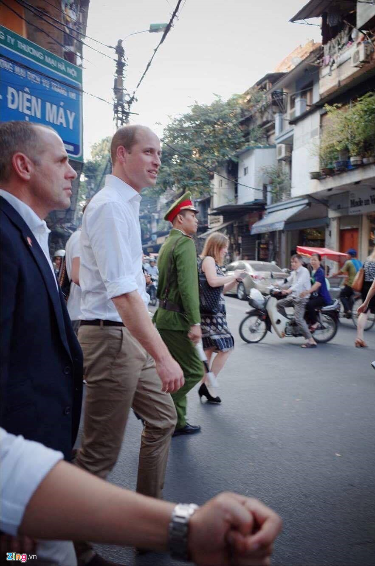 Khoanh khac gan gui cua Hoang tu Anh khi vua den Viet Nam-Hinh-7