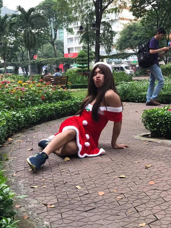 Tung Son mac do Giang sinh quan quai tren pho gay buc xuc-Hinh-2