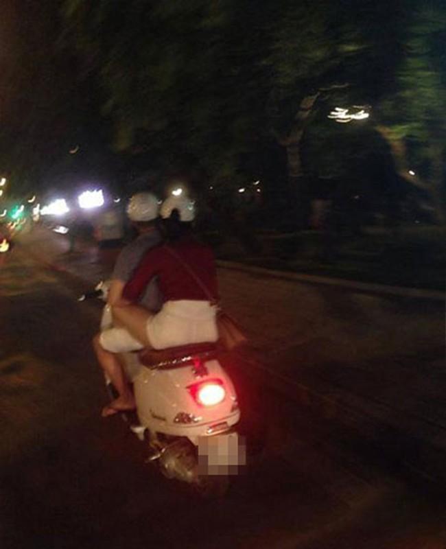 Kho coi gai tre di xe may gac chan len dui ban trai-Hinh-5