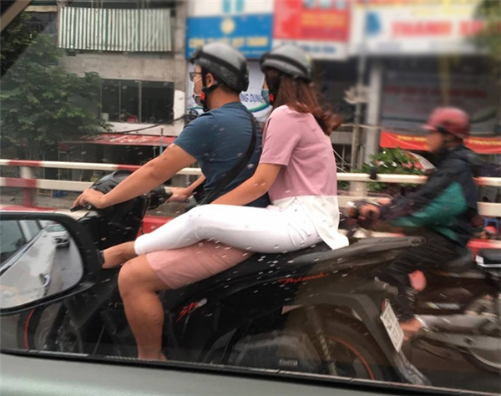Kho coi gai tre di xe may gac chan len dui ban trai-Hinh-6