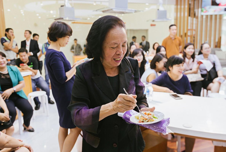 TGD Ajinomoto Viet Nam tu tay huong dan nau an tai VP Ha Noi-Hinh-12
