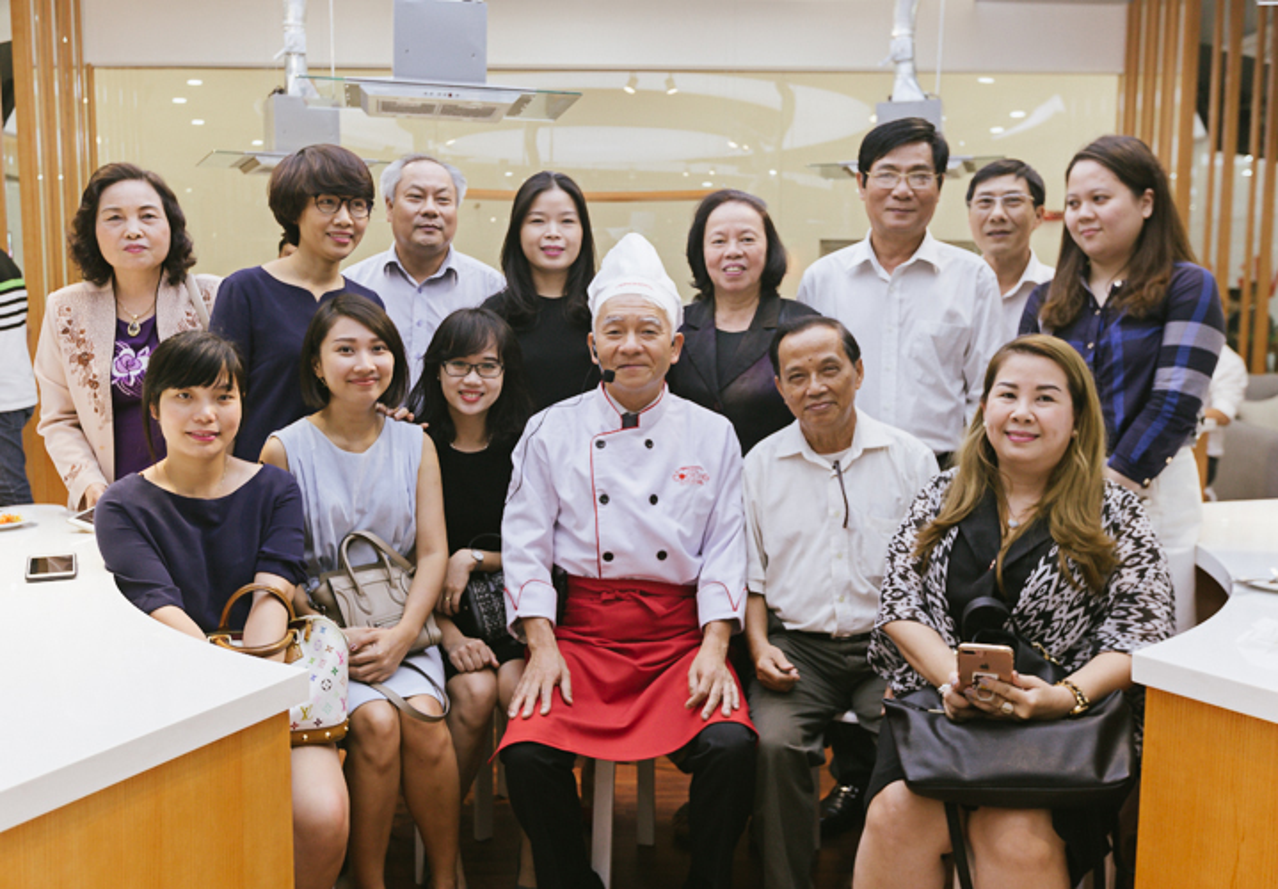 TGD Ajinomoto Viet Nam tu tay huong dan nau an tai VP Ha Noi-Hinh-15