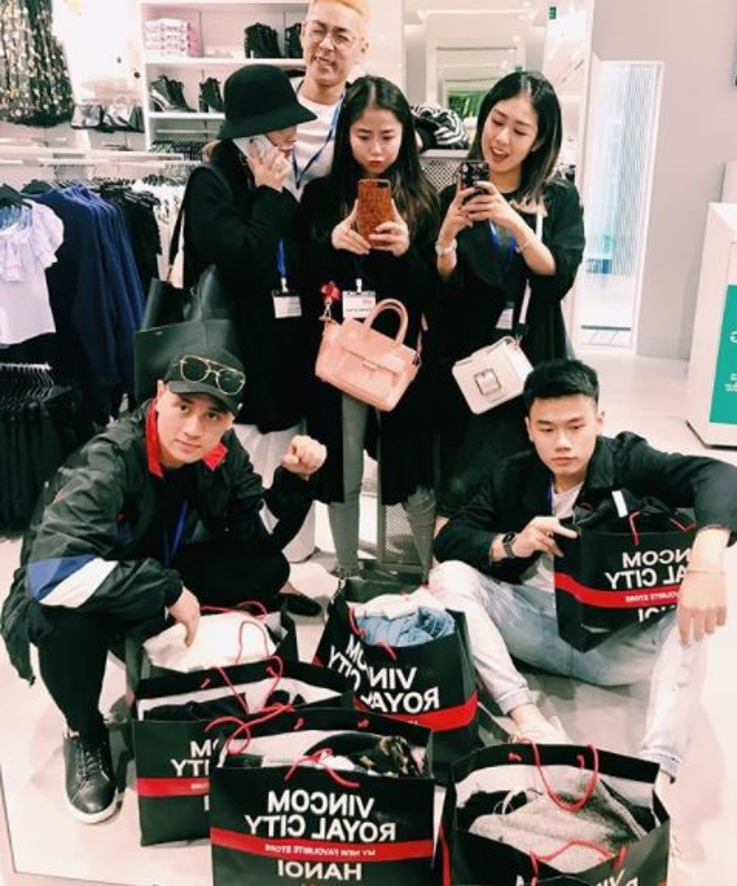 Hot girl check-in tai cua hang H&M, Zara dau tien tai Ha Noi
