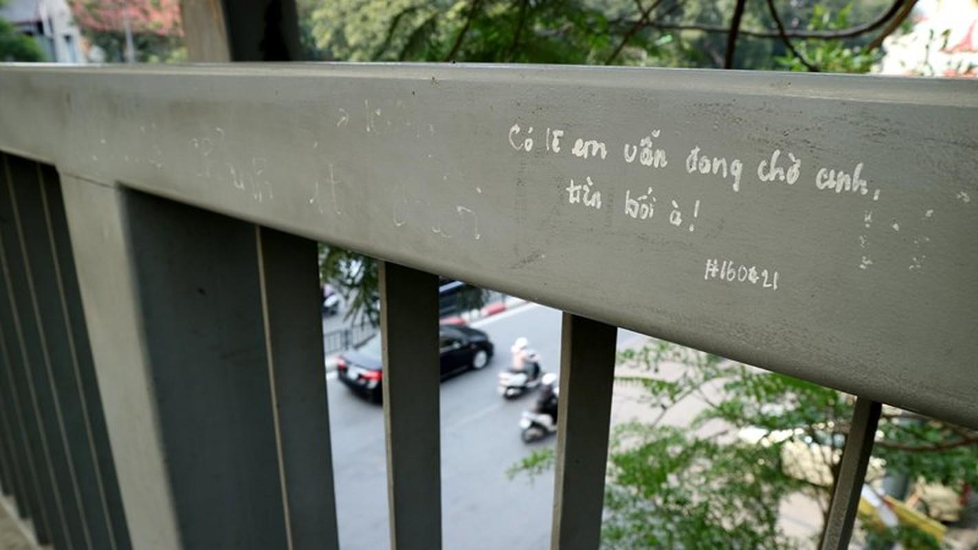"""Anh: """"Tinh yeu han gi"""" tren cay cau tram tuoi o Ha Noi-Hinh-12"""