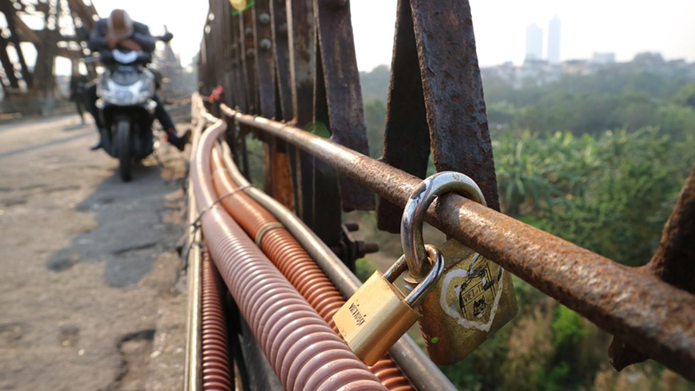 """Anh: """"Tinh yeu han gi"""" tren cay cau tram tuoi o Ha Noi-Hinh-3"""