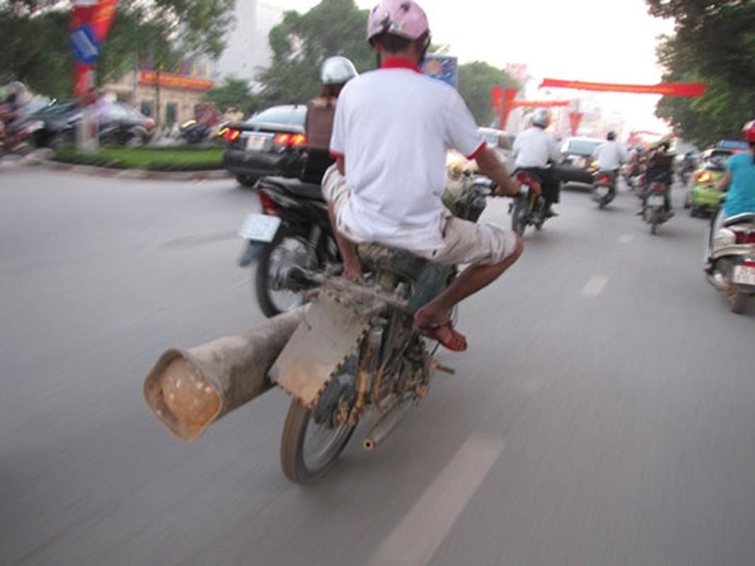 Tron mat voi du loai xe ca tang tung hoanh duong pho Viet Nam