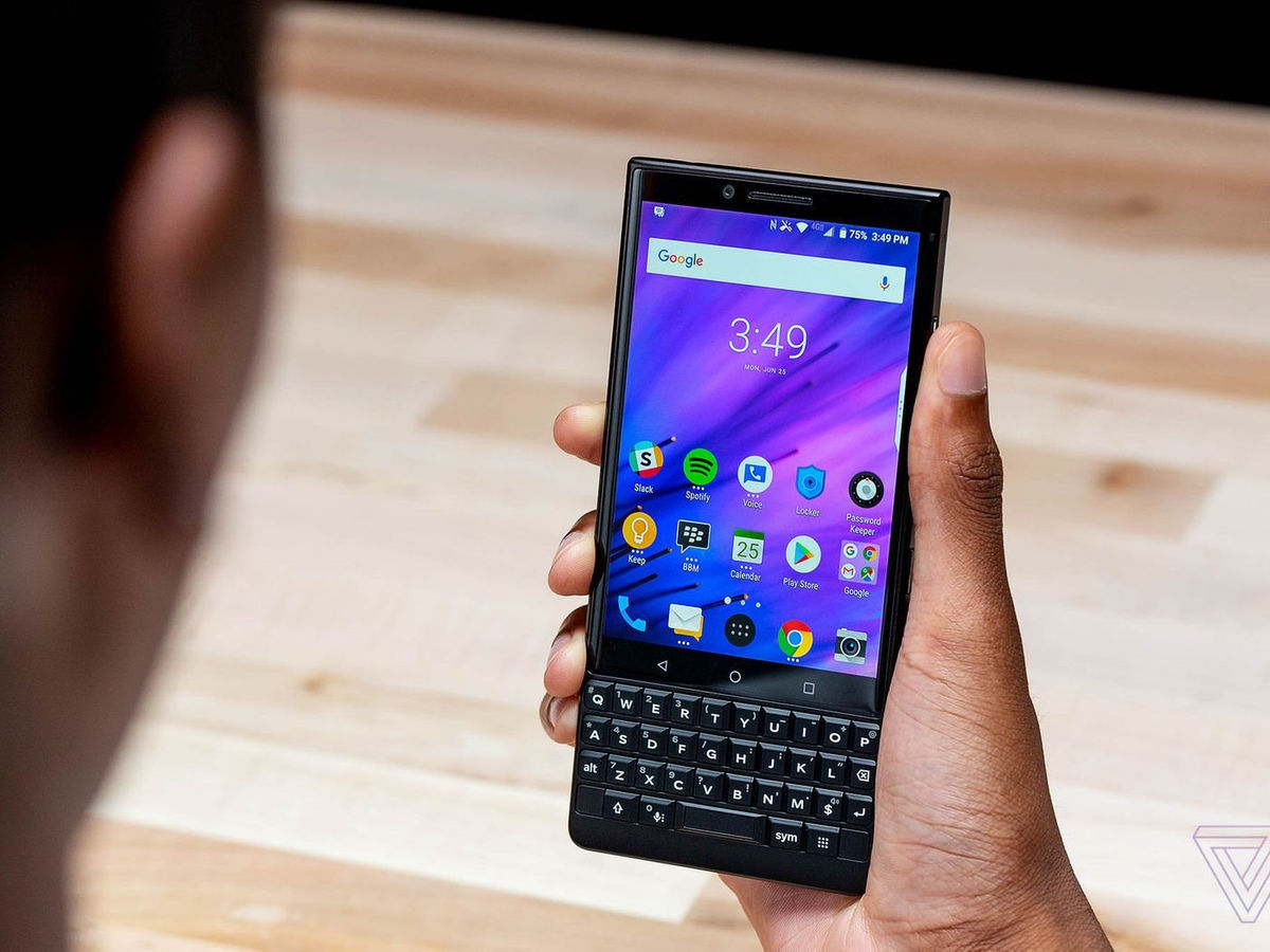 """Smartphone 5G ban phim QWERTY gop cong """"hoi sinh"""" BlackBerry"""