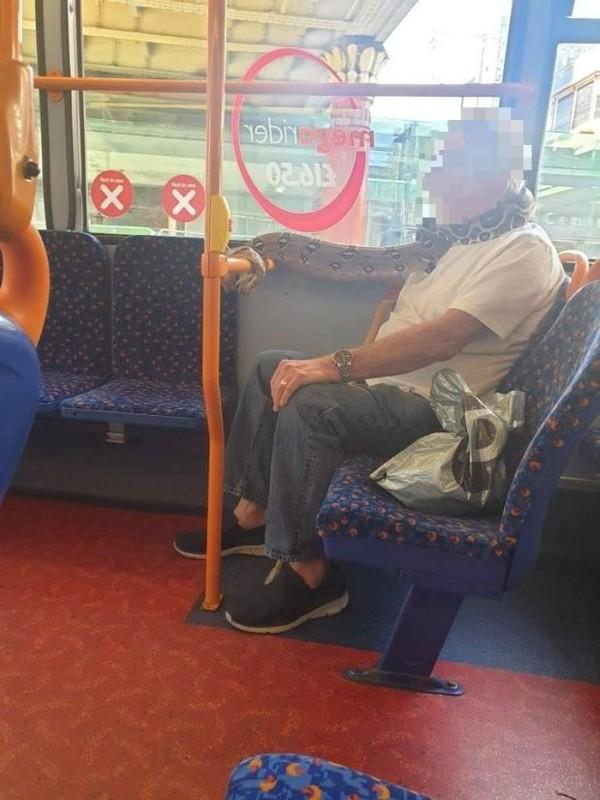 Video: Kinh hai quy ong deo tran khung... chong COVID-19, ca xe bus choang-Hinh-2