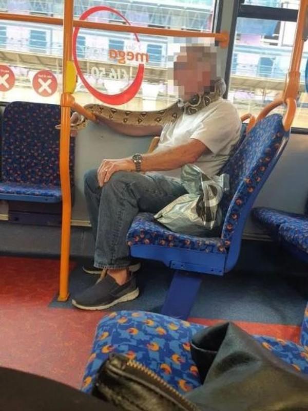 Video: Kinh hai quy ong deo tran khung... chong COVID-19, ca xe bus choang