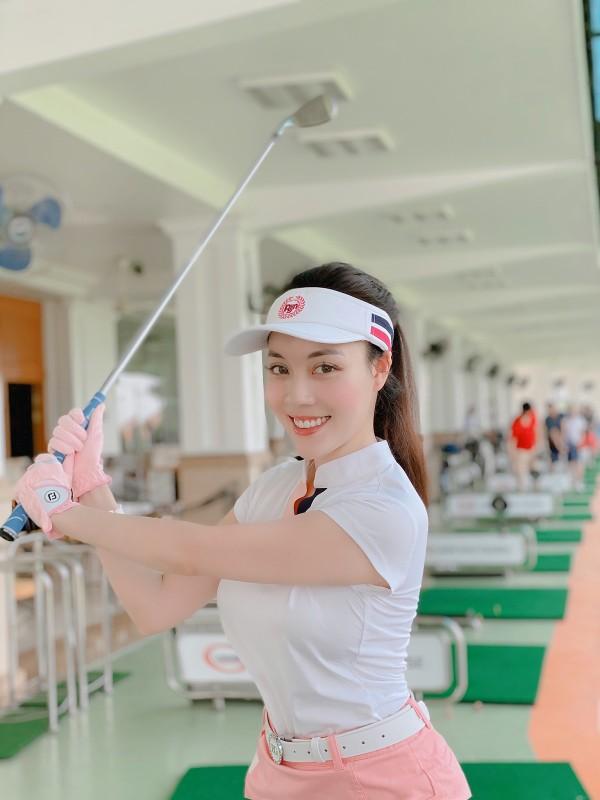 Dan my nhan Viet khoe tron body nuot na tren san golf-Hinh-14