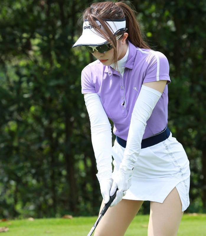 Dan my nhan Viet khoe tron body nuot na tren san golf-Hinh-6