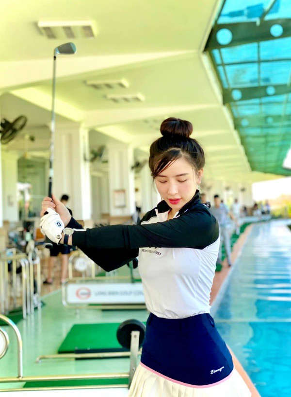 "Hotgirl Ha Thanh khien ca san golf ""dan mat"" vi body nuot na"