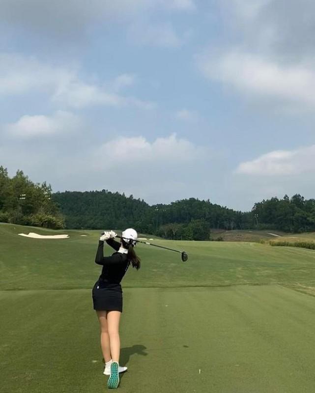 Hotgirl RMIT khoe dang tren san co khien hoi golf thu do ram ram-Hinh-5