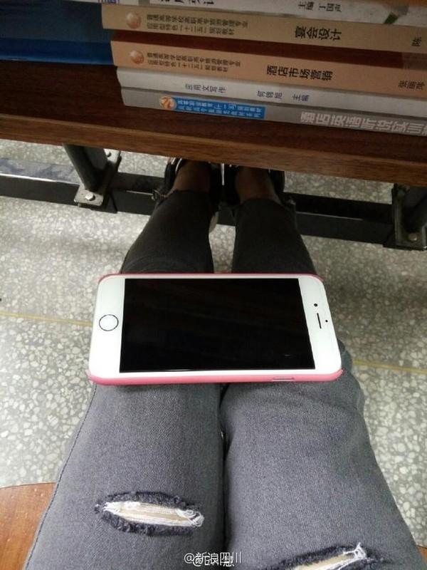 Chan vong eo A4, gai tre lay dien thoai Iphone do chan-Hinh-4