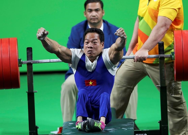 Khoanh khac Le Van Cong dem HCV Paralympic lich su cho TTVN