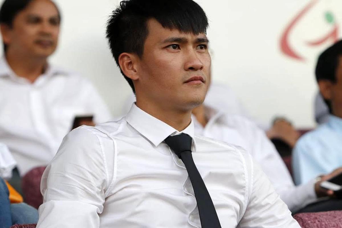 Lo cho doi bong con cung, Cong Vinh xo giay