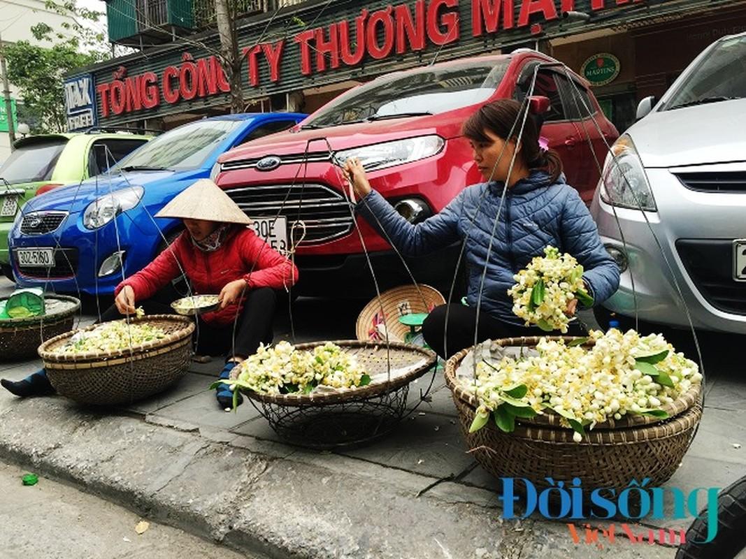 Hoa buoi xuong pho, moi chum hoa dat ngang bat pho-Hinh-4
