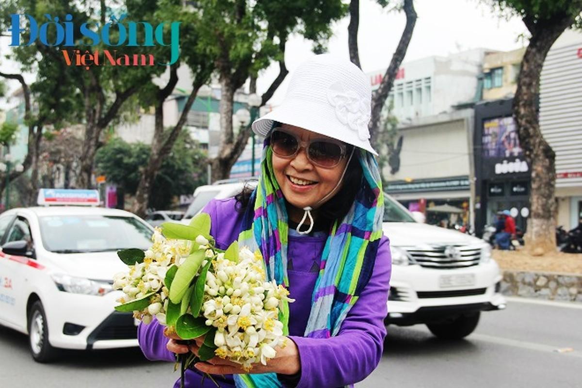 Hoa buoi xuong pho, moi chum hoa dat ngang bat pho-Hinh-9