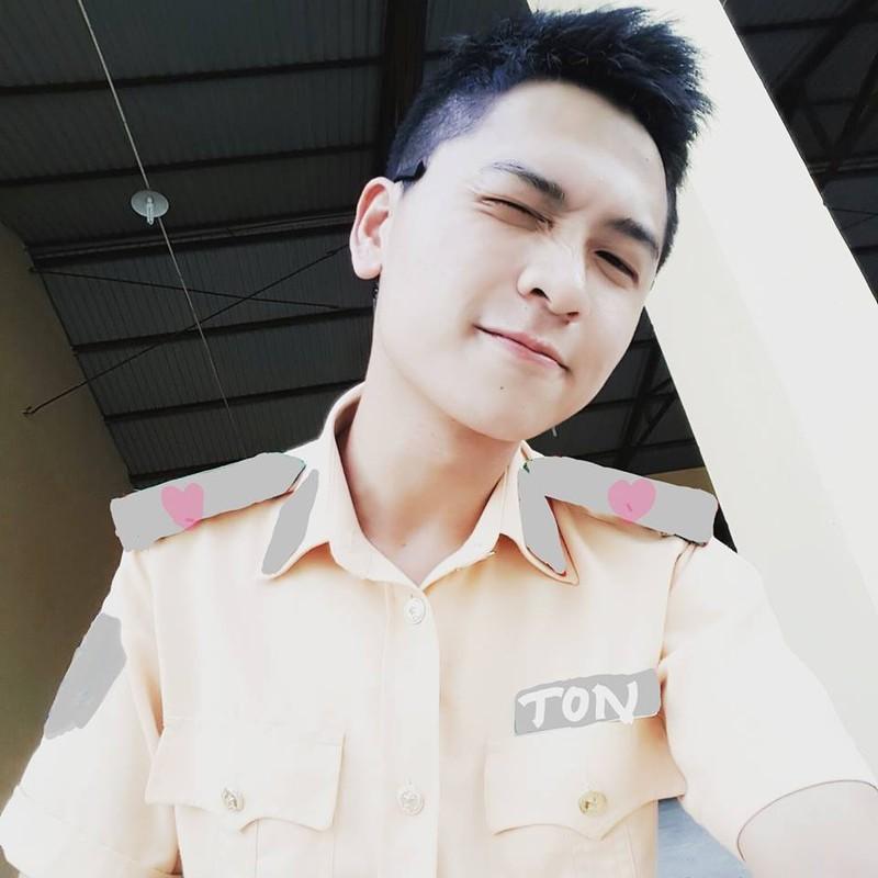 """Nam than canh sat"" khong tuoi khien dan mang me dam"