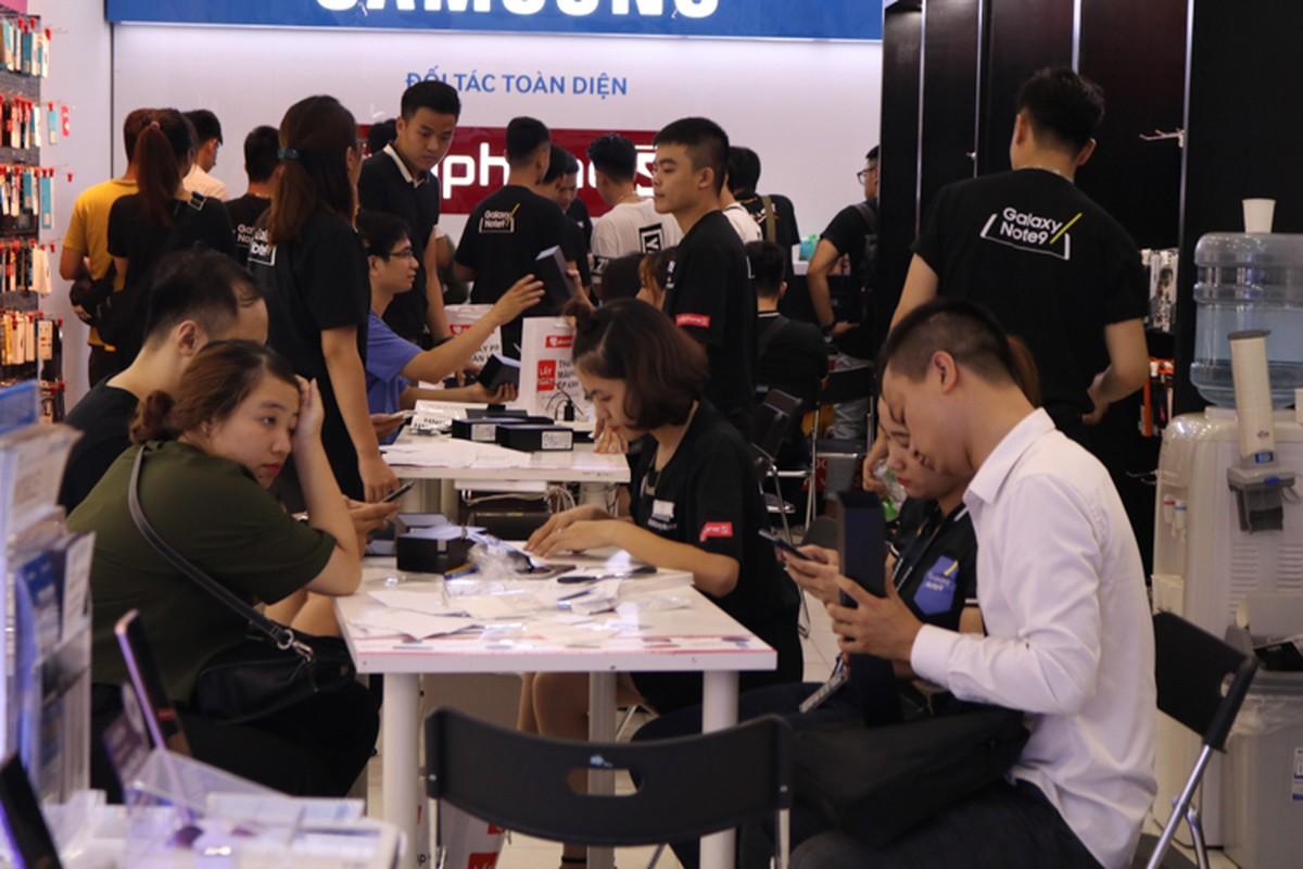 Lu luot xach giuong ra duong ngu doi mua Samsung Galaxy Note 9-Hinh-10