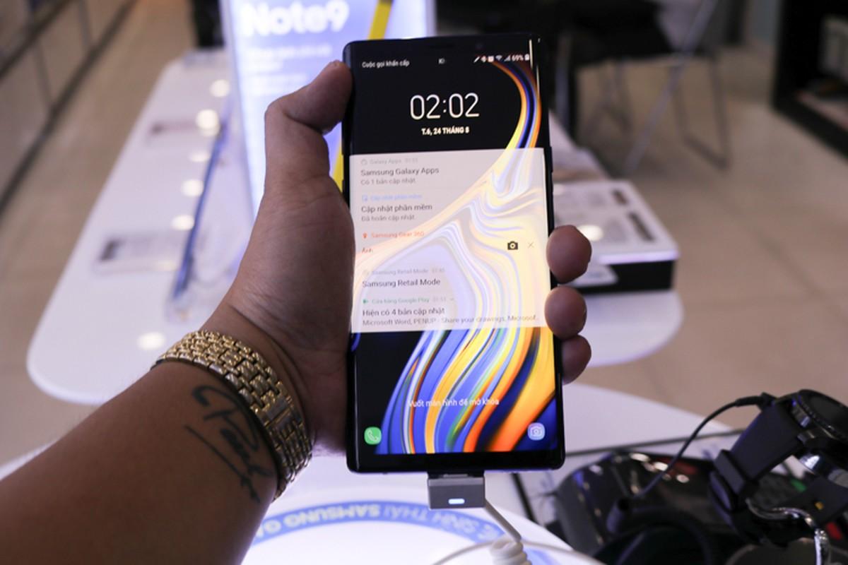 Lu luot xach giuong ra duong ngu doi mua Samsung Galaxy Note 9-Hinh-11