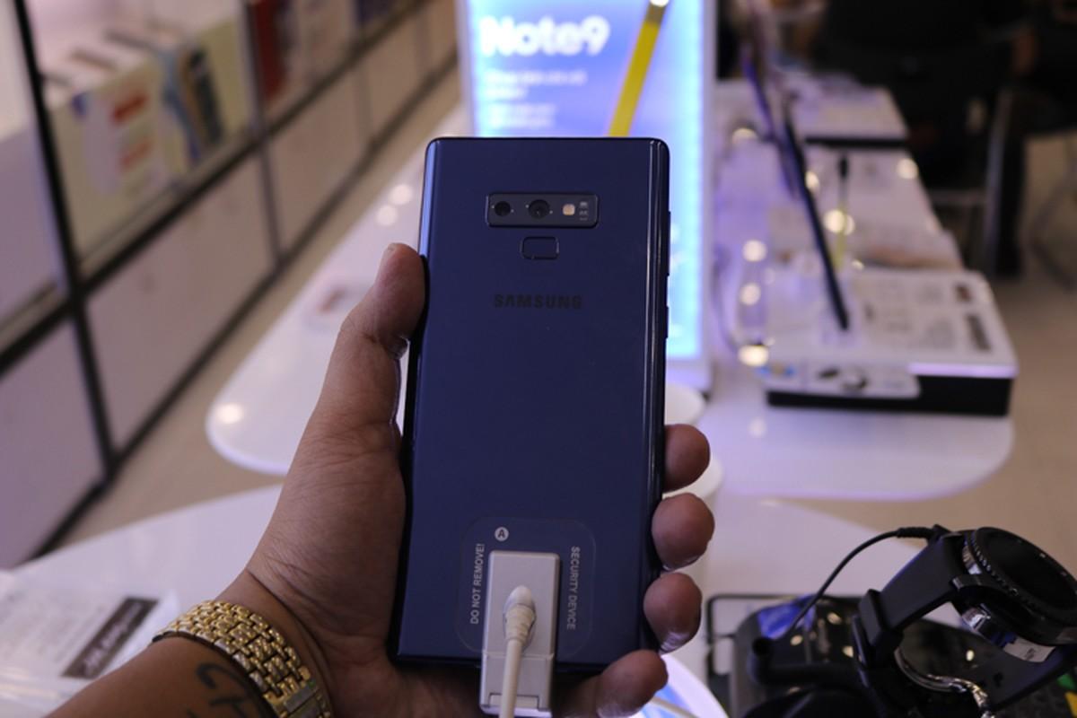 Lu luot xach giuong ra duong ngu doi mua Samsung Galaxy Note 9-Hinh-12