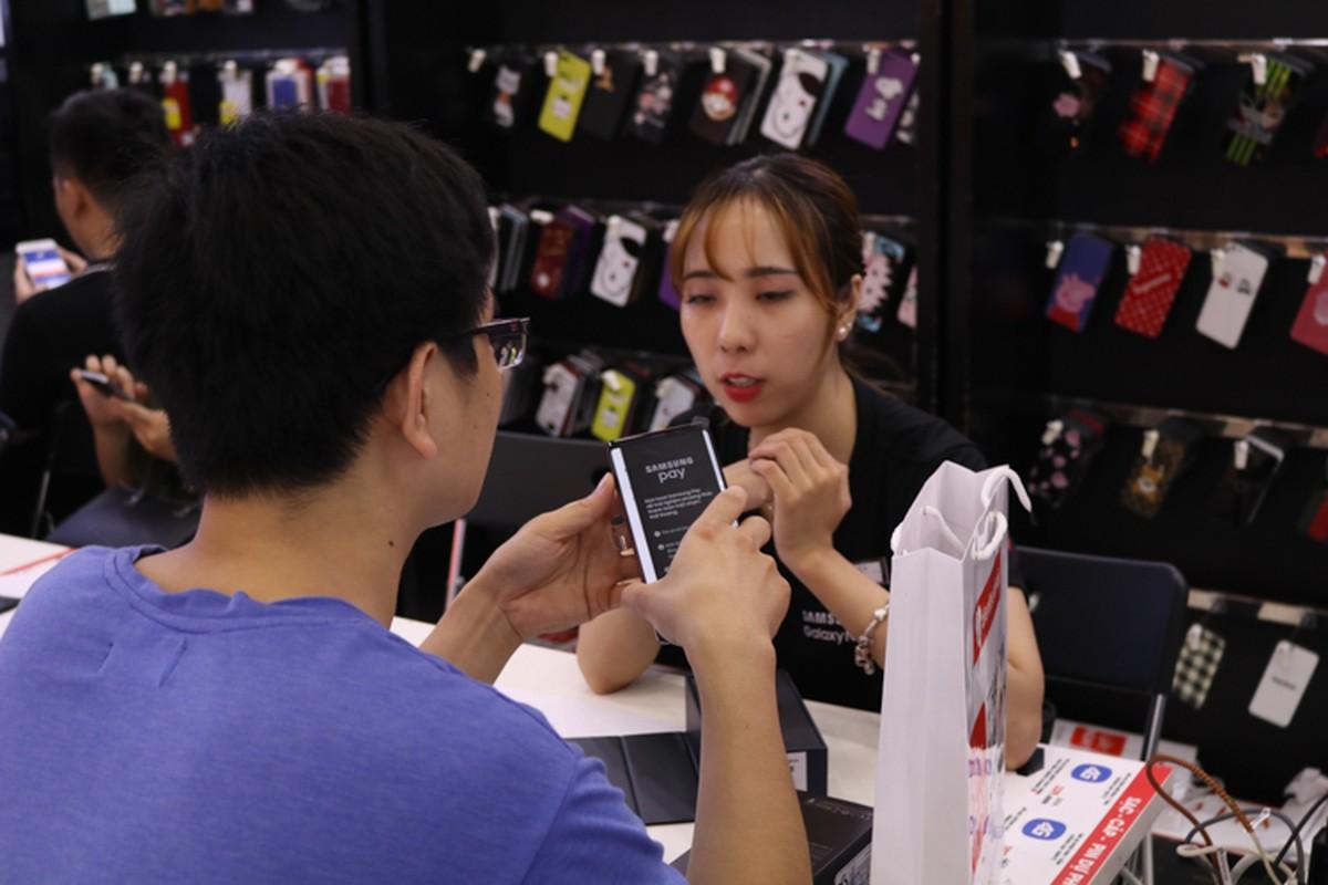 Lu luot xach giuong ra duong ngu doi mua Samsung Galaxy Note 9-Hinh-9
