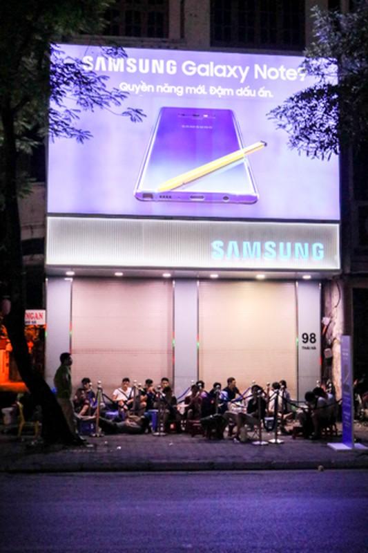 Lu luot xach giuong ra duong ngu doi mua Samsung Galaxy Note 9