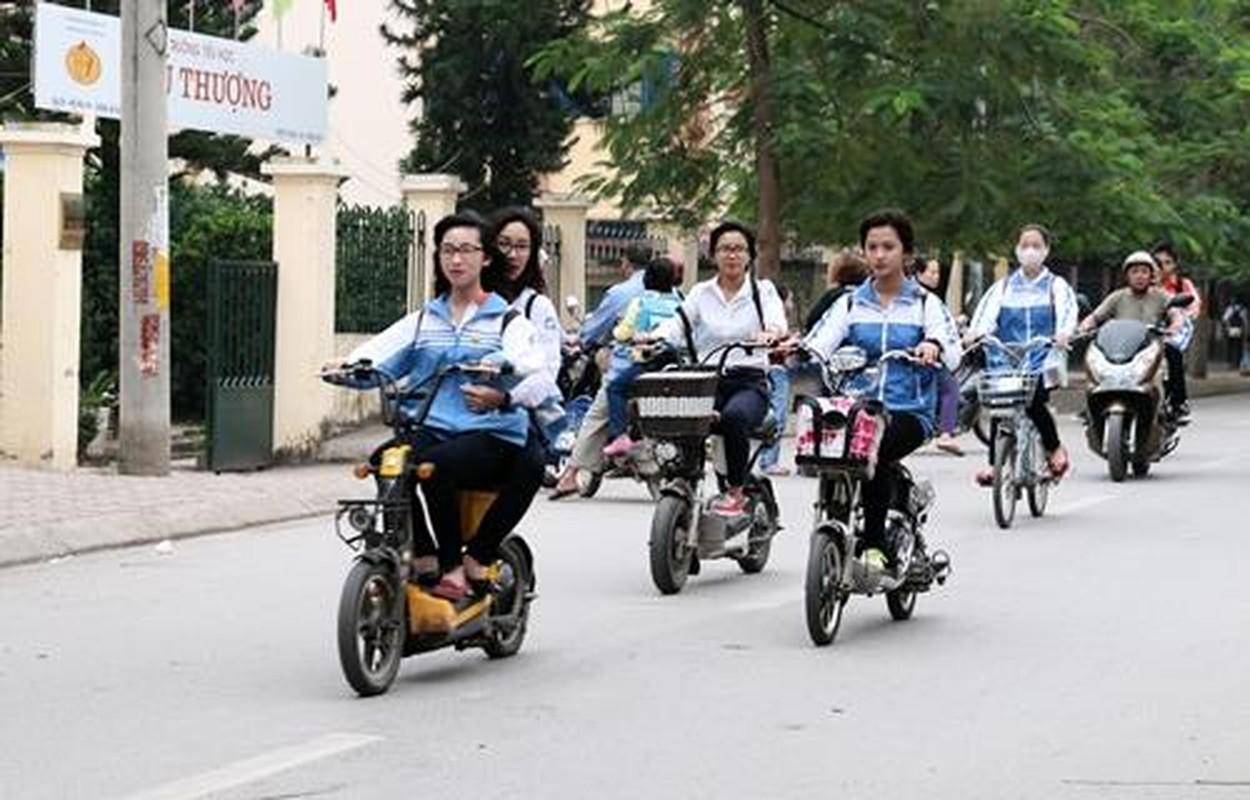 "Khong doi mu bao hiem, hoc sinh ""lam xiec"" voi xe may dien tren pho-Hinh-2"