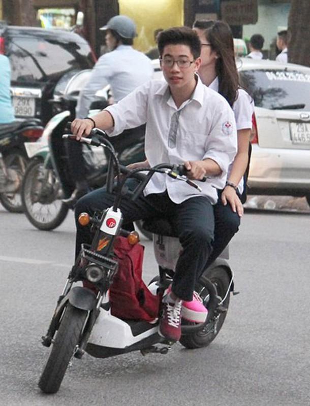 "Khong doi mu bao hiem, hoc sinh ""lam xiec"" voi xe may dien tren pho-Hinh-3"