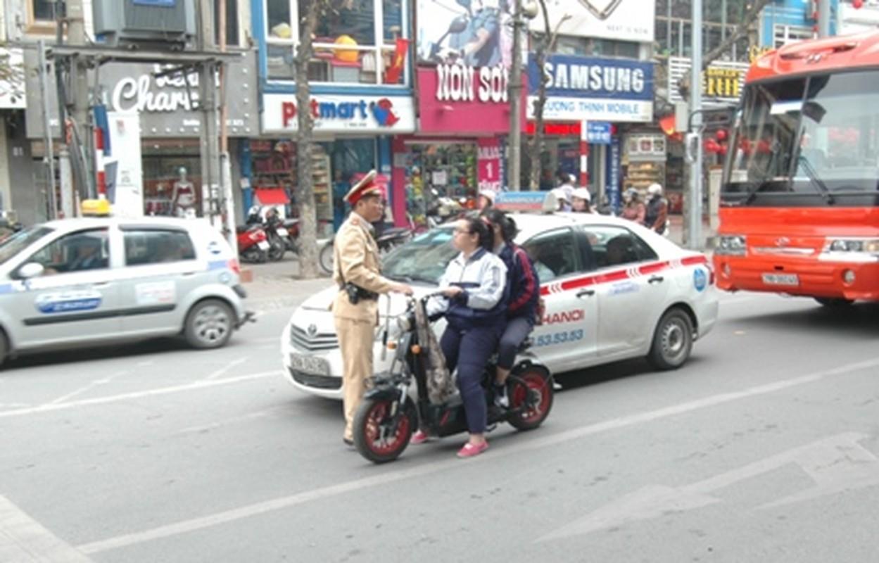 "Khong doi mu bao hiem, hoc sinh ""lam xiec"" voi xe may dien tren pho-Hinh-4"