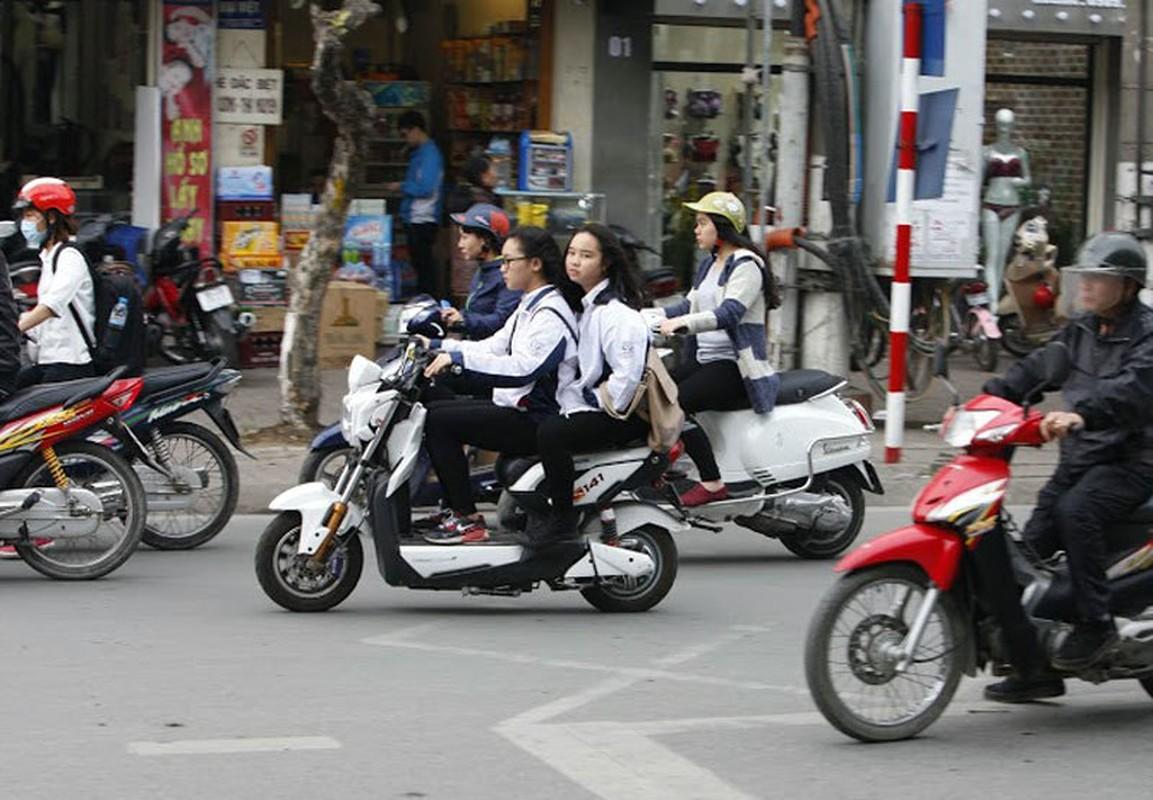 "Khong doi mu bao hiem, hoc sinh ""lam xiec"" voi xe may dien tren pho-Hinh-5"