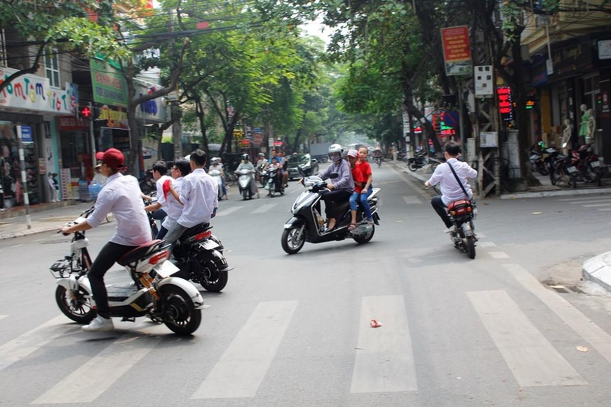 "Khong doi mu bao hiem, hoc sinh ""lam xiec"" voi xe may dien tren pho-Hinh-6"