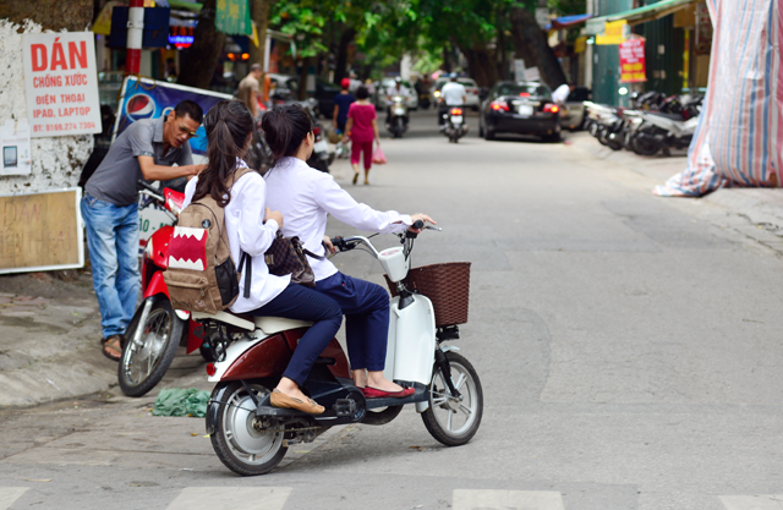 "Khong doi mu bao hiem, hoc sinh ""lam xiec"" voi xe may dien tren pho-Hinh-7"