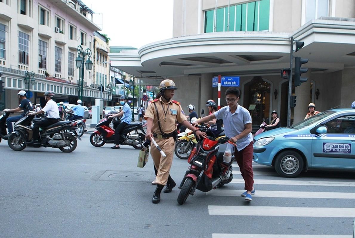 "Khong doi mu bao hiem, hoc sinh ""lam xiec"" voi xe may dien tren pho-Hinh-8"