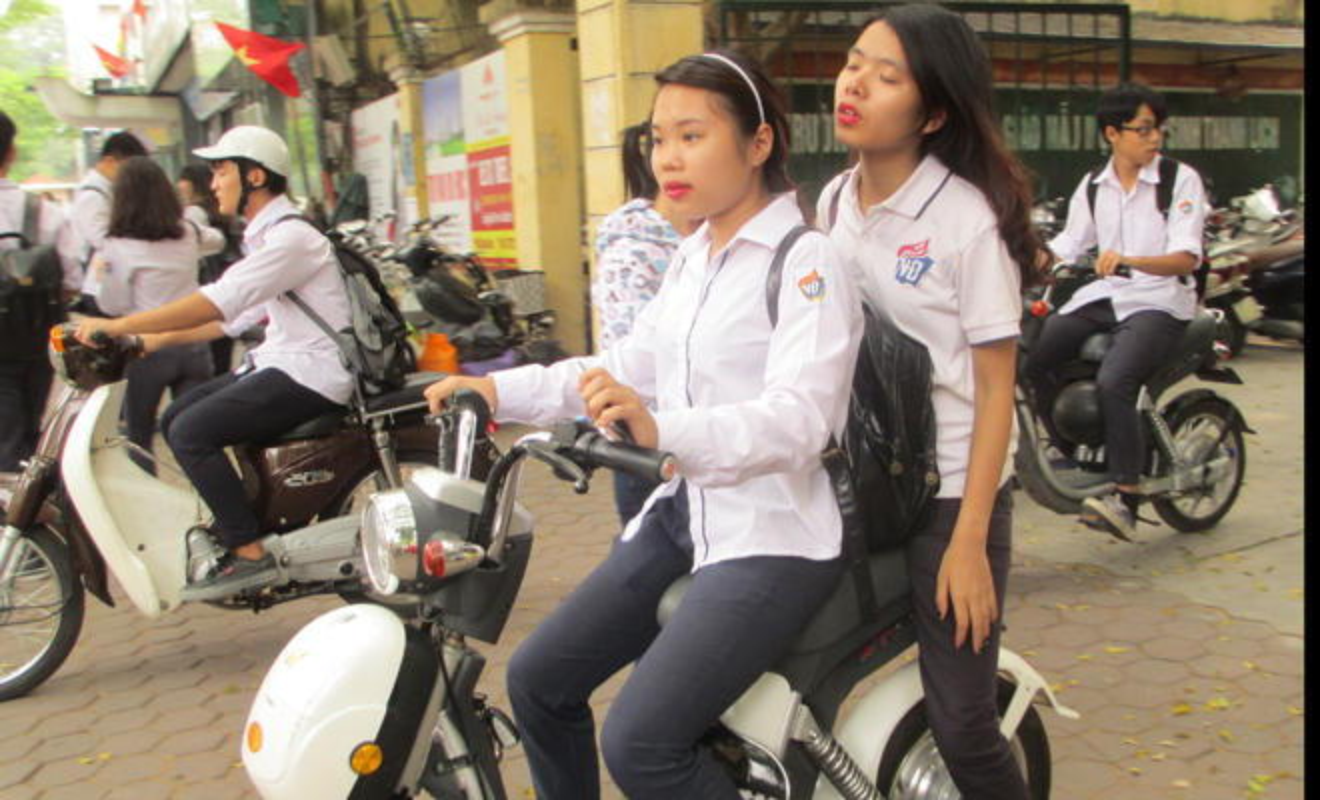 "Khong doi mu bao hiem, hoc sinh ""lam xiec"" voi xe may dien tren pho-Hinh-9"