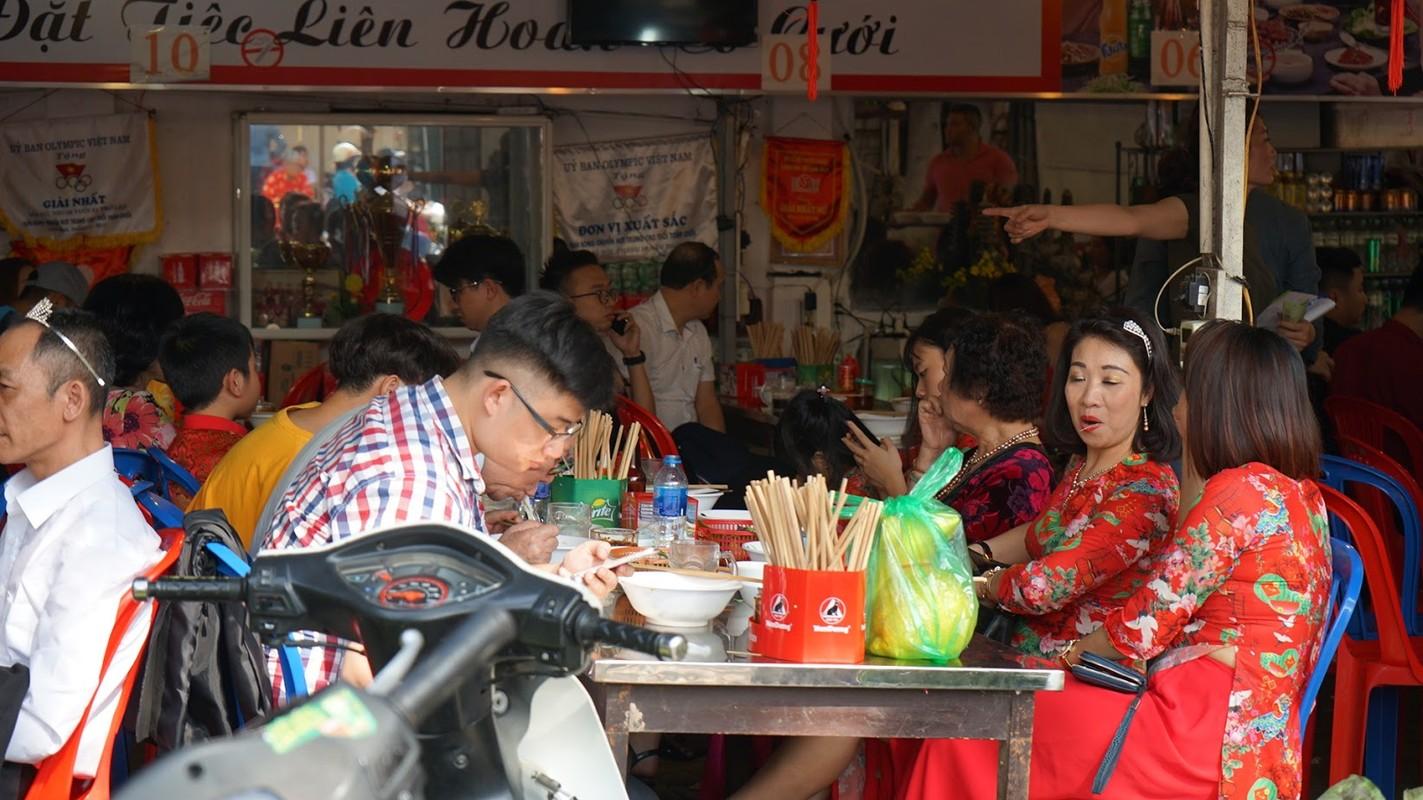 Hang van nguoi chen chan dang le phu Tay Ho ngay dau nam-Hinh-7