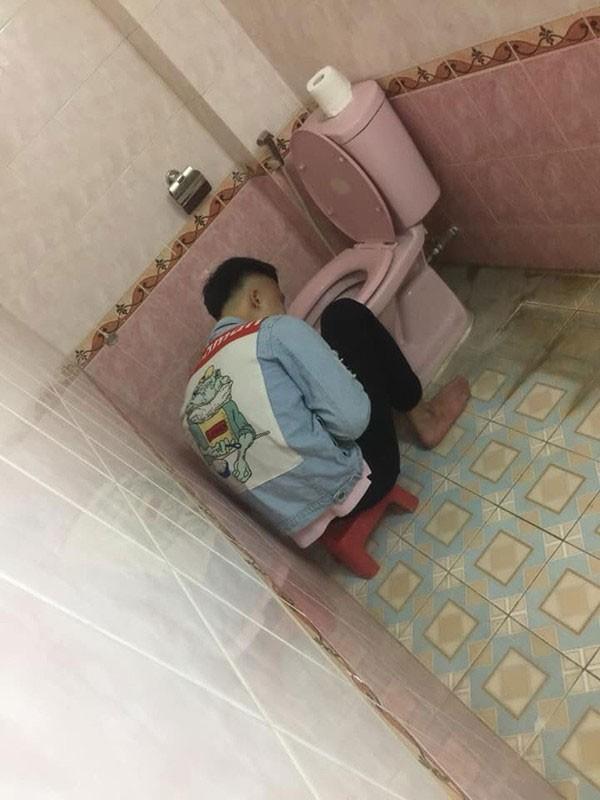 Nhau say bi ti, anh chang duoc ho tong vao toilet cung chan chieu
