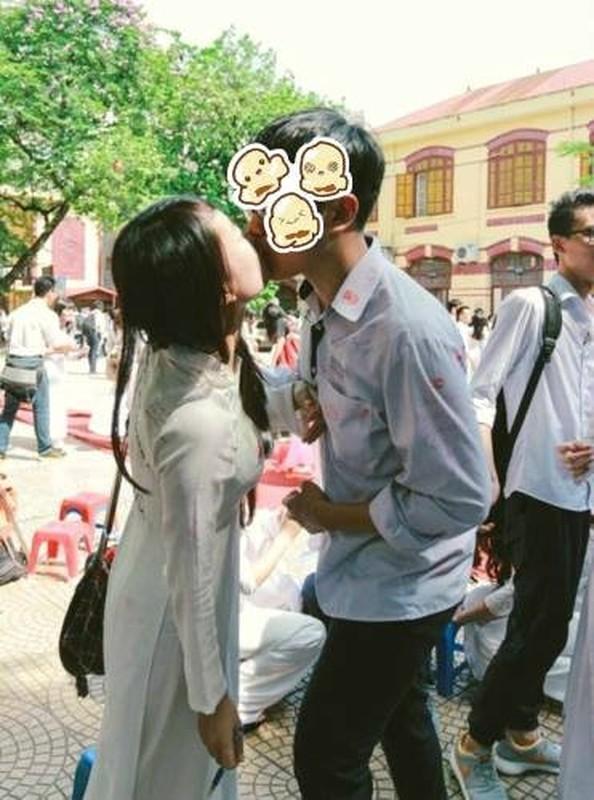 "CDM ""xon xao"" canh HS hon nhau giua san truong mua be giang-Hinh-3"