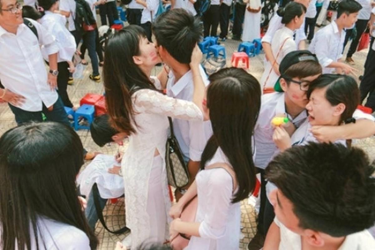 "CDM ""xon xao"" canh HS hon nhau giua san truong mua be giang-Hinh-4"