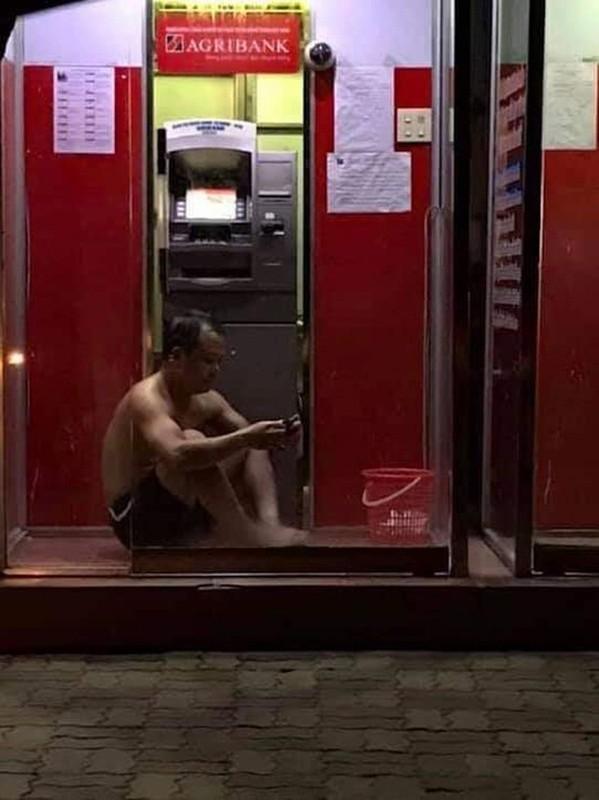 Nang nong dinh diem, nguoi dan tron vao cay ATM giai nhiet-Hinh-4