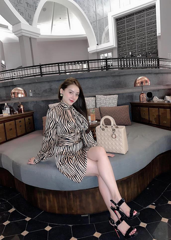 Ban gai hau ve Vu Van Thanh dien bikini, khoe vong 1 nay no