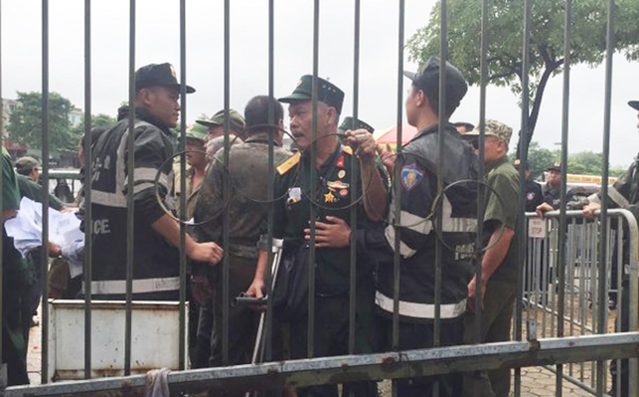 Doi mua ve xem tran Viet Nam - Malaysia, thuong binh