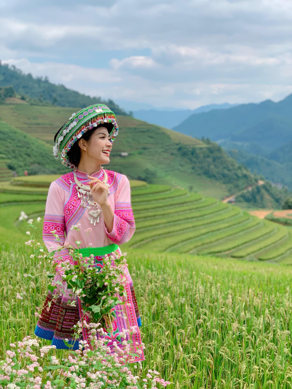 Tranh thu mua hoa man no, nu MC VTV hoa gai H'Mong gay sot mang-Hinh-5
